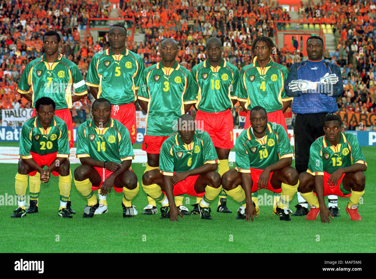 Gelredome Arnheim, Netherlands 27.5.1998 Football, international friendly: Netherlands vs Cameroon 0:0 --- team Cameroon, back row from left: Francois OMAM-BIYIK, Raymond KALLA, Pierre WOME, Samuel IPOUA, Rigobert SONG, Jacques SONGO'O front row from left: Salomon OLEMBE, Augustine SIMO, BEAKA, Patrick MBOMA, NDO - Stock Image
