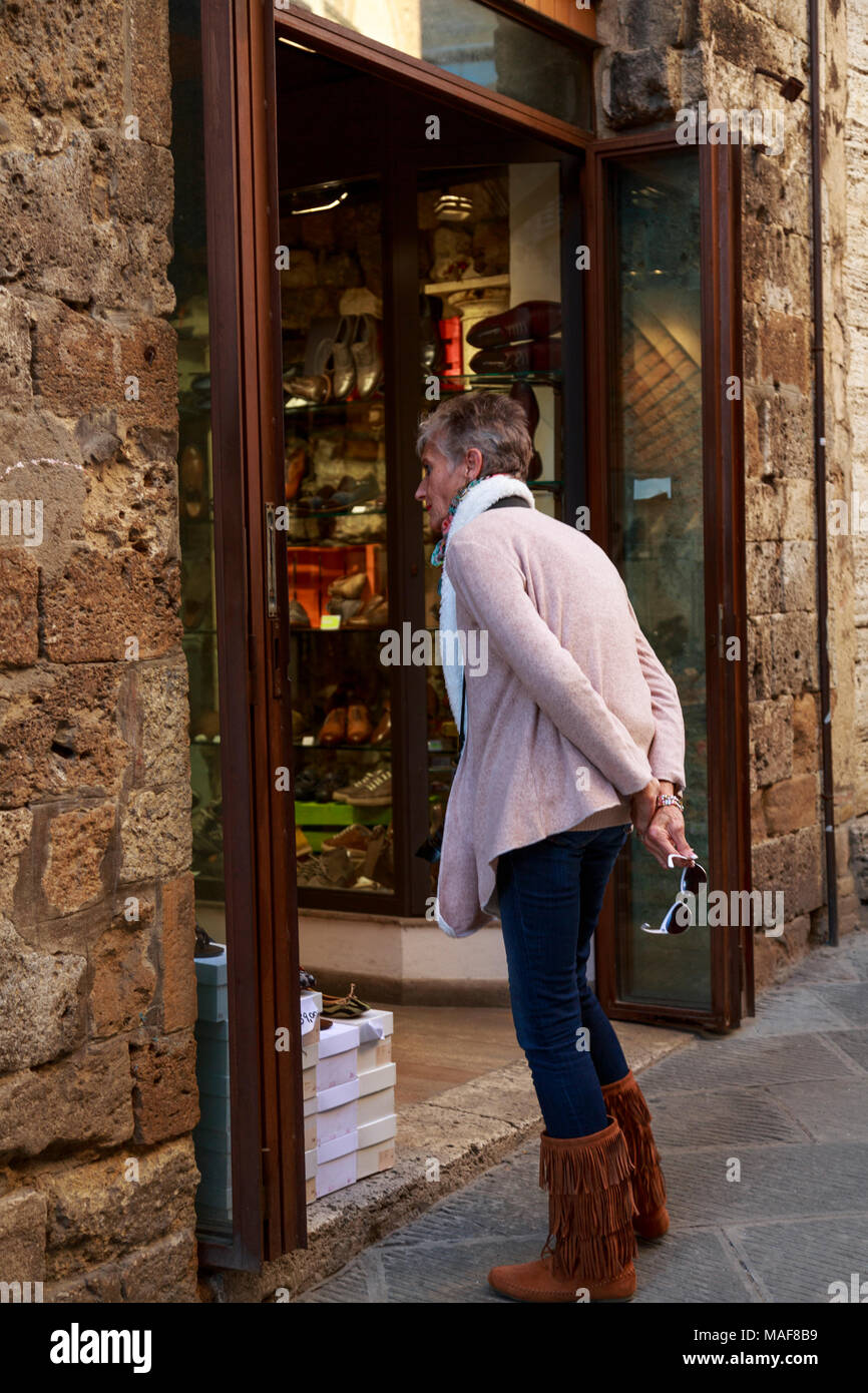Woman tourist window shopping in Tuscany - Stock Image