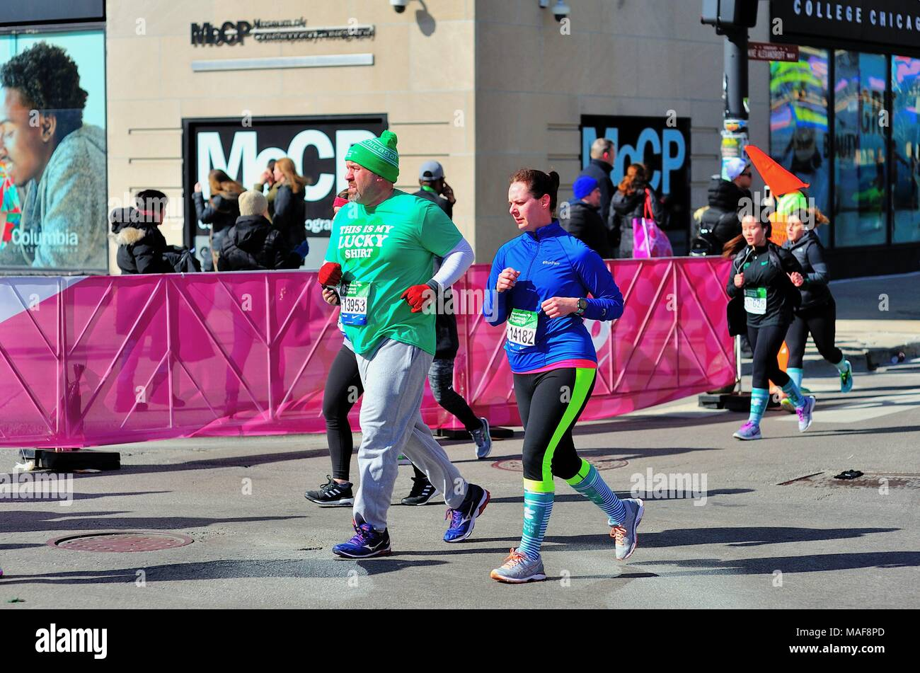 Chicago, Illinois, USA. Runners making the turn onto Michigan Avenue nearing the end of  the 2018 Shamrock Shuffle race in Chicago. - Stock Image