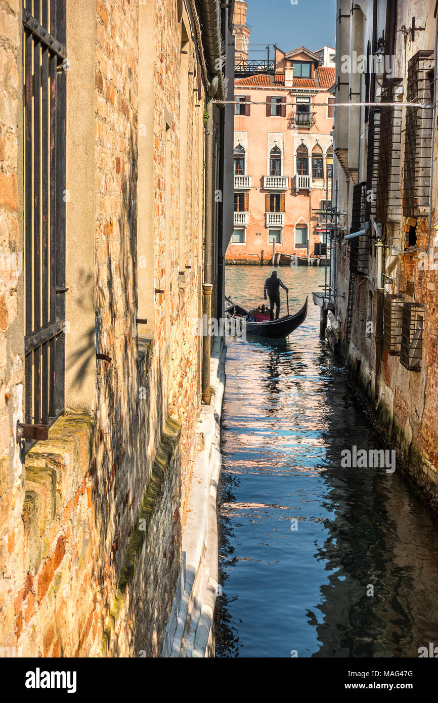 Sillouette of a gondolier on the Grand Canal in Venice - Stock Image