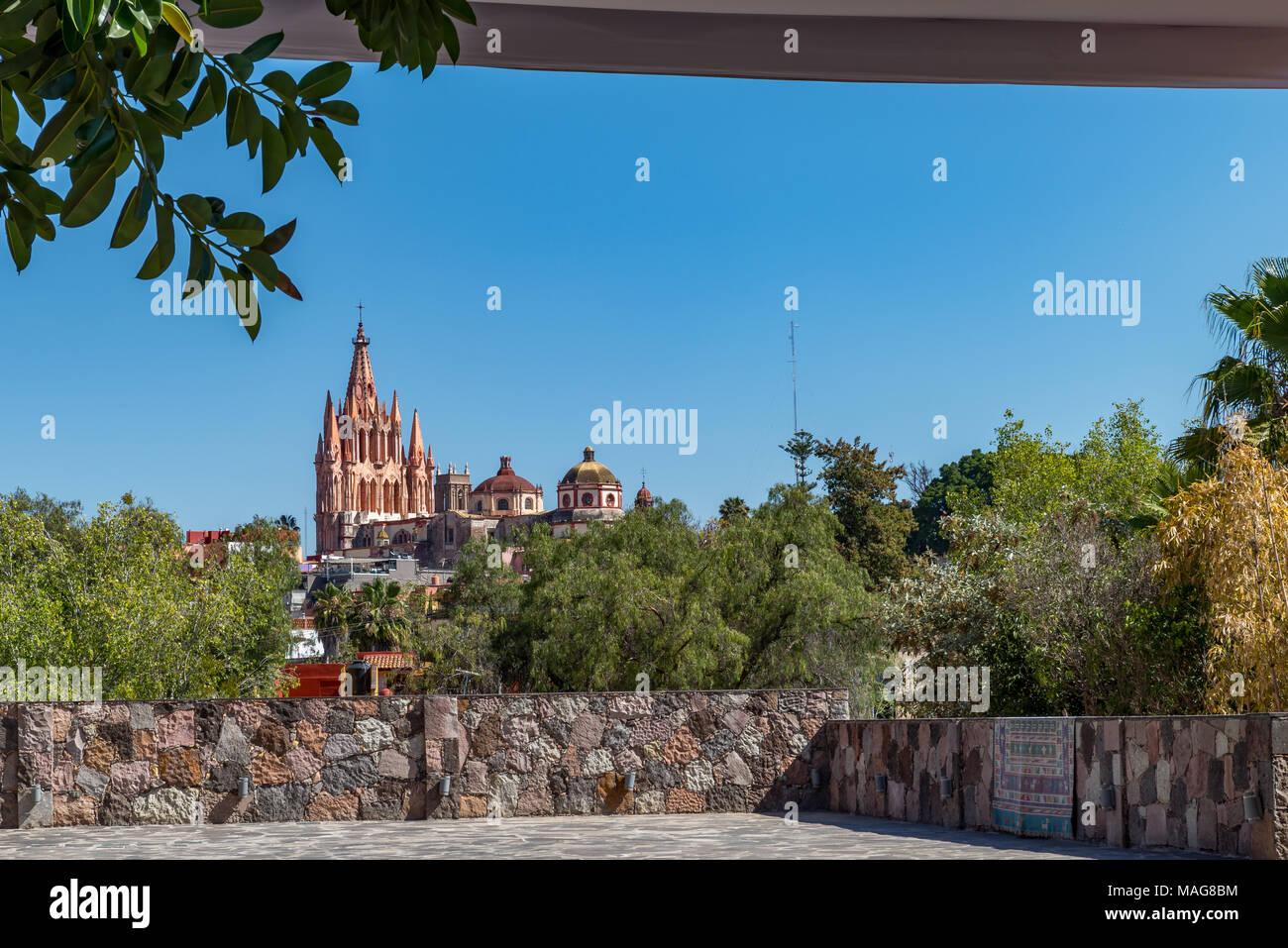 La Parroquia de San Miguel Arcángel, originally, built in the 17th century by indigenous bricklayer Zeferino Gutierrez. - Stock Image
