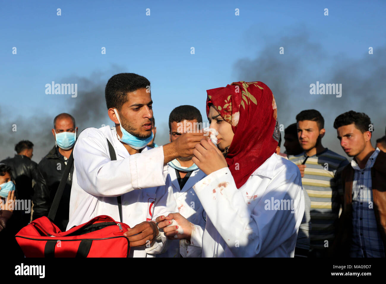 Khan Younis, Gaza Strip, Palestinian Territory. 1st Apr, 2018. Palestinian medical Razan al-Najjar tries to cure herself after she was gas inhaled fired by Israeli security forces during clashes with Palestinian protesters in a protest, at the Israel-Gaza border, demanding the right to return to their homeland, in Khan Younis in the southern Gaza strip on April 1, 2018 Credit: Ashraf Amra/APA Images/ZUMA Wire/Alamy Live News - Stock Image