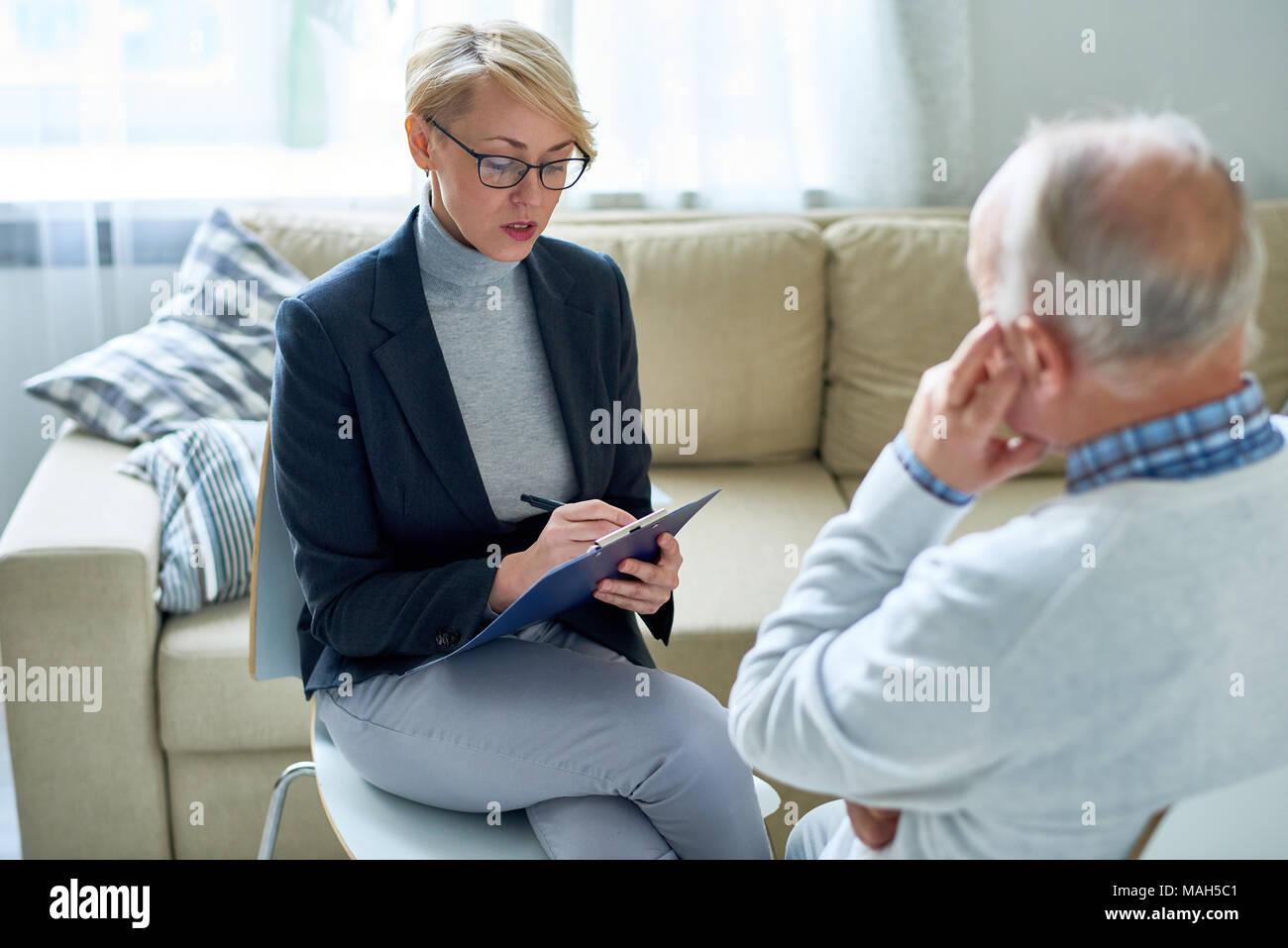 Female Psychologist Consulting Senior patient - Stock Image