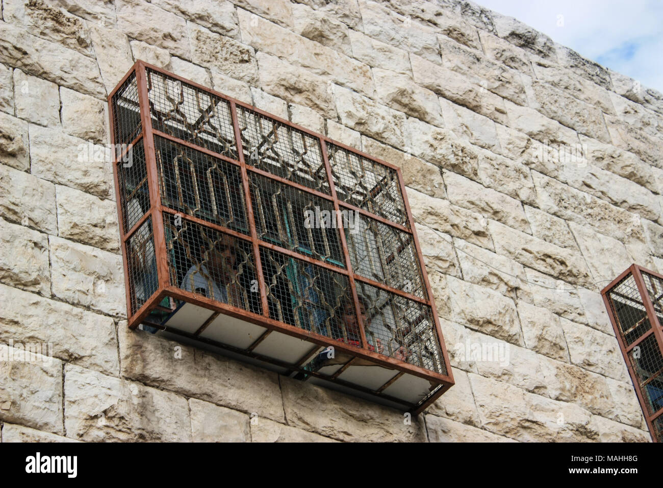 Fenced window of an Israeli Jewish settlers house in Hebron for protection of stones thrown - Stock Image