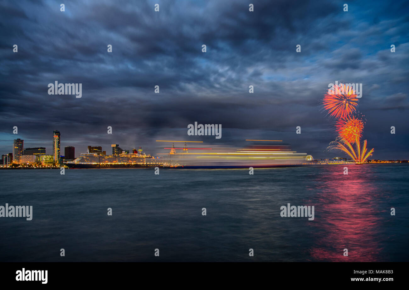 MS Queen Elizabeth at the Cunard Building's 100th anniversary celebrations Stock Photo