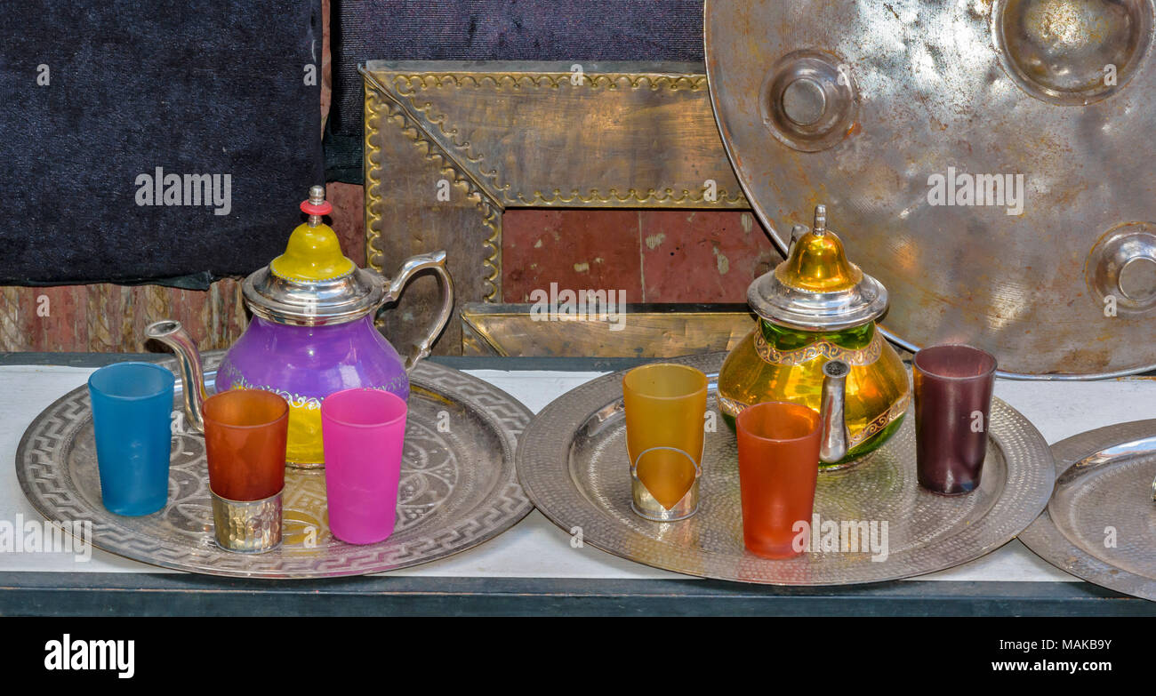 MOROCCO MARRAKECH JEMAA EL FNA MEDINA SOUK BEAUTIFUL COLOURED TEAPOTS AND GLASSES FOR SALE - Stock Image