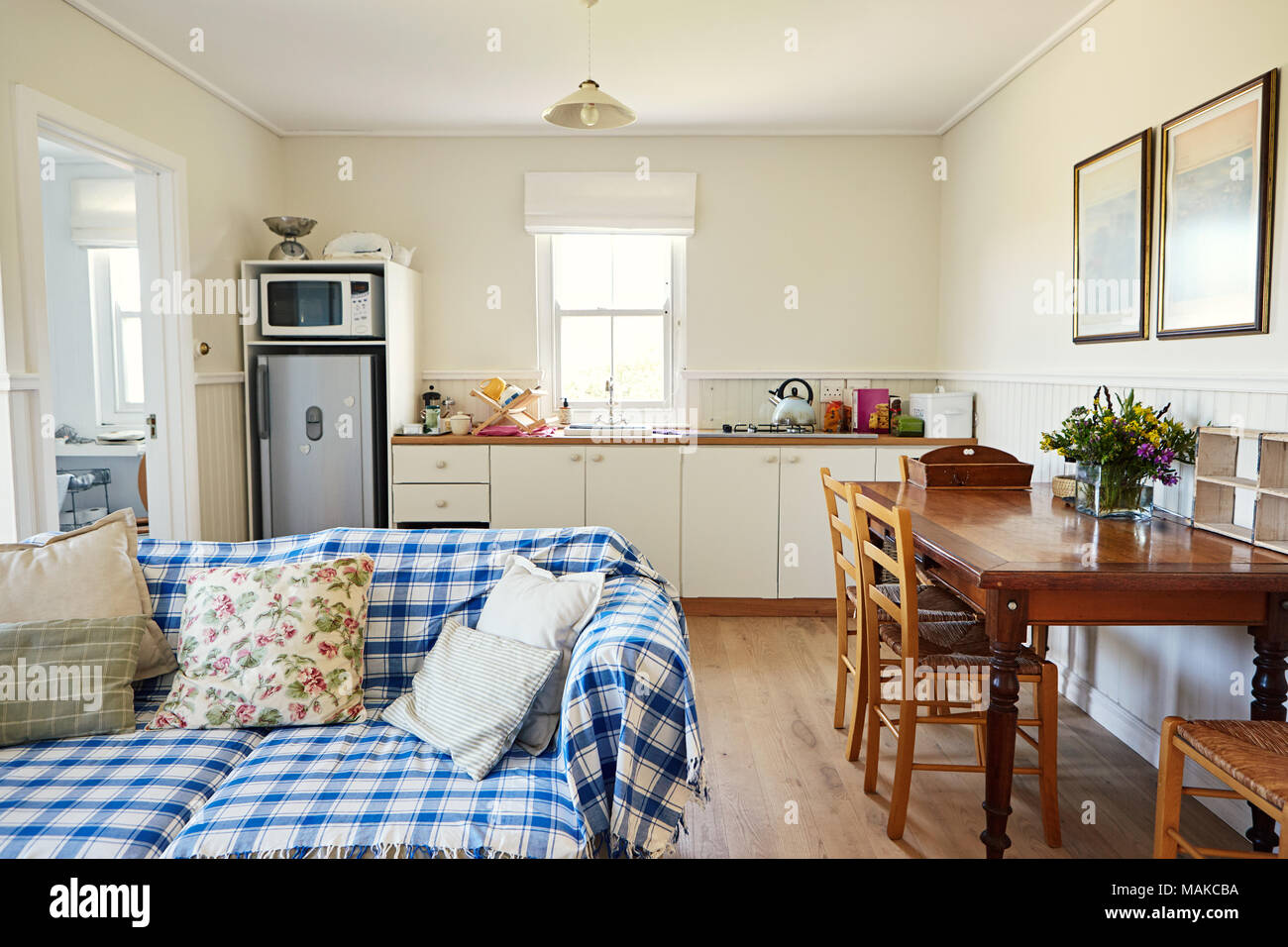 Cucina Soggiorno Open Space Piccolo living room and kitchen in a small country home stock photo