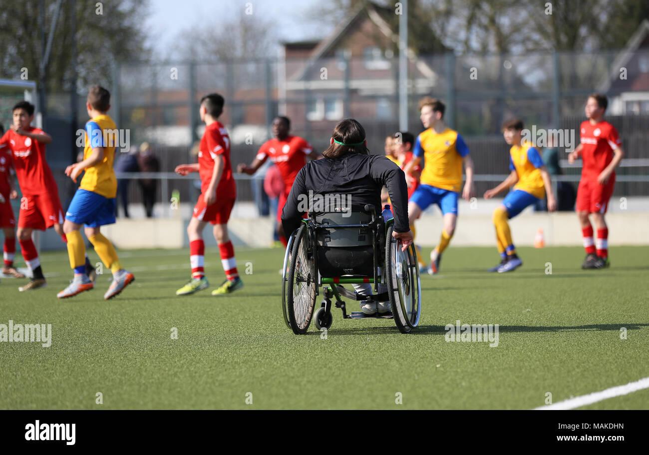 Fußballschiedsrichter im Rollstuhl - Stock Image