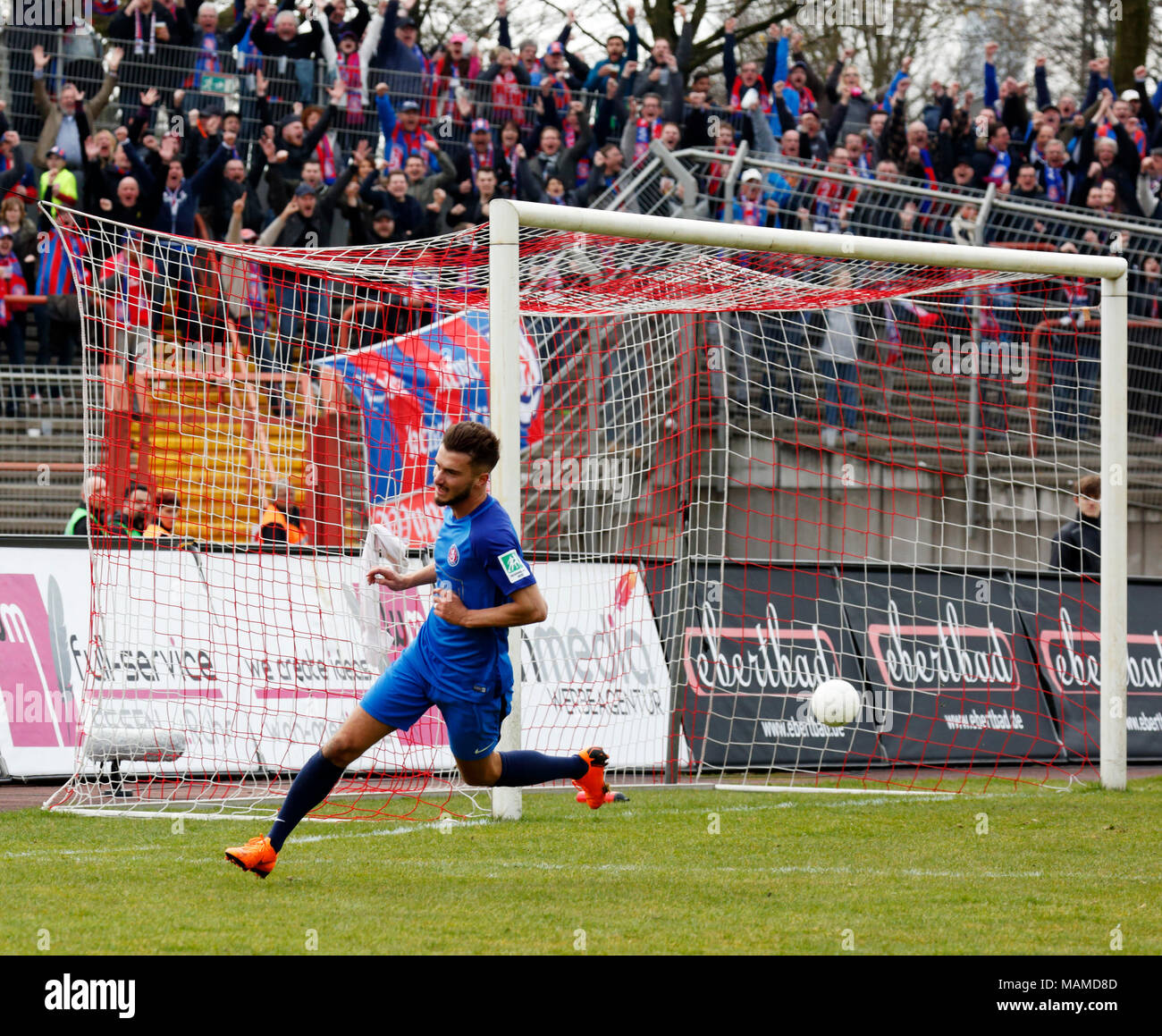 sports, football, Regional League West, 2017/2018, Rot Weiss Oberhausen vs Wuppertaler SV 1:1, Stadium Niederrhein in Oberhausen, rejoicing at the 1:1 equalizer, goal scorer Enes Topal (WSV) - Stock Image