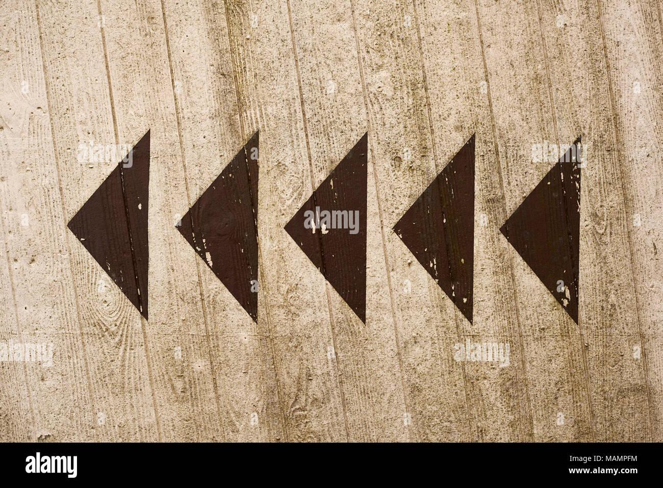 Pfeile auf Betonwand Stock Photo