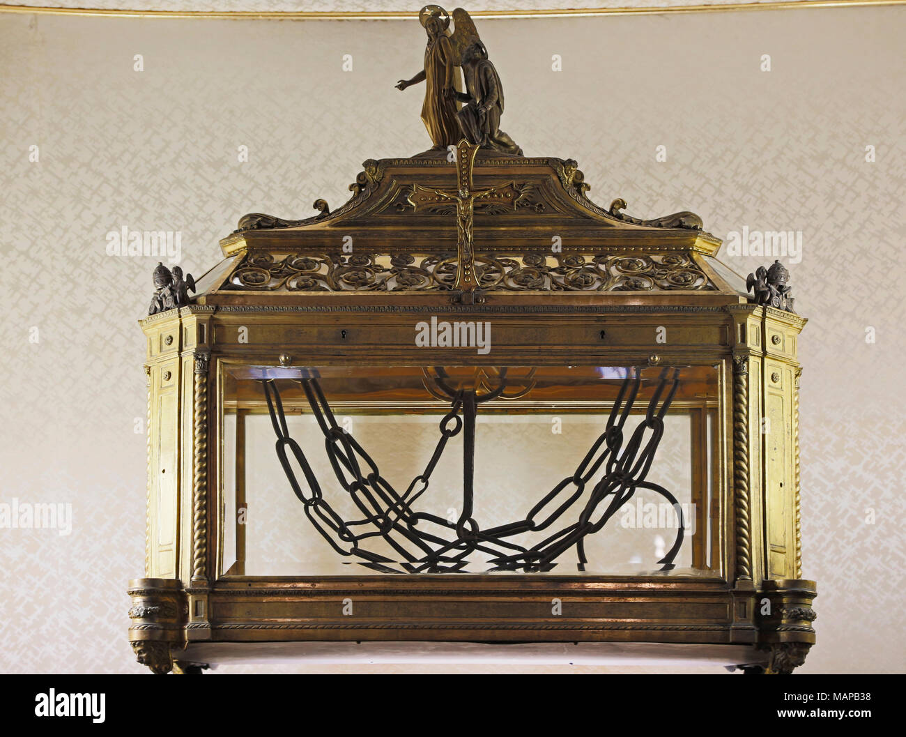 Rome, Italy.  San Pietro in Vincoli church (Saint Peter in Chains)  Reliquary containing the chains of St Peter.  The historical centre of Rome is a U Stock Photo