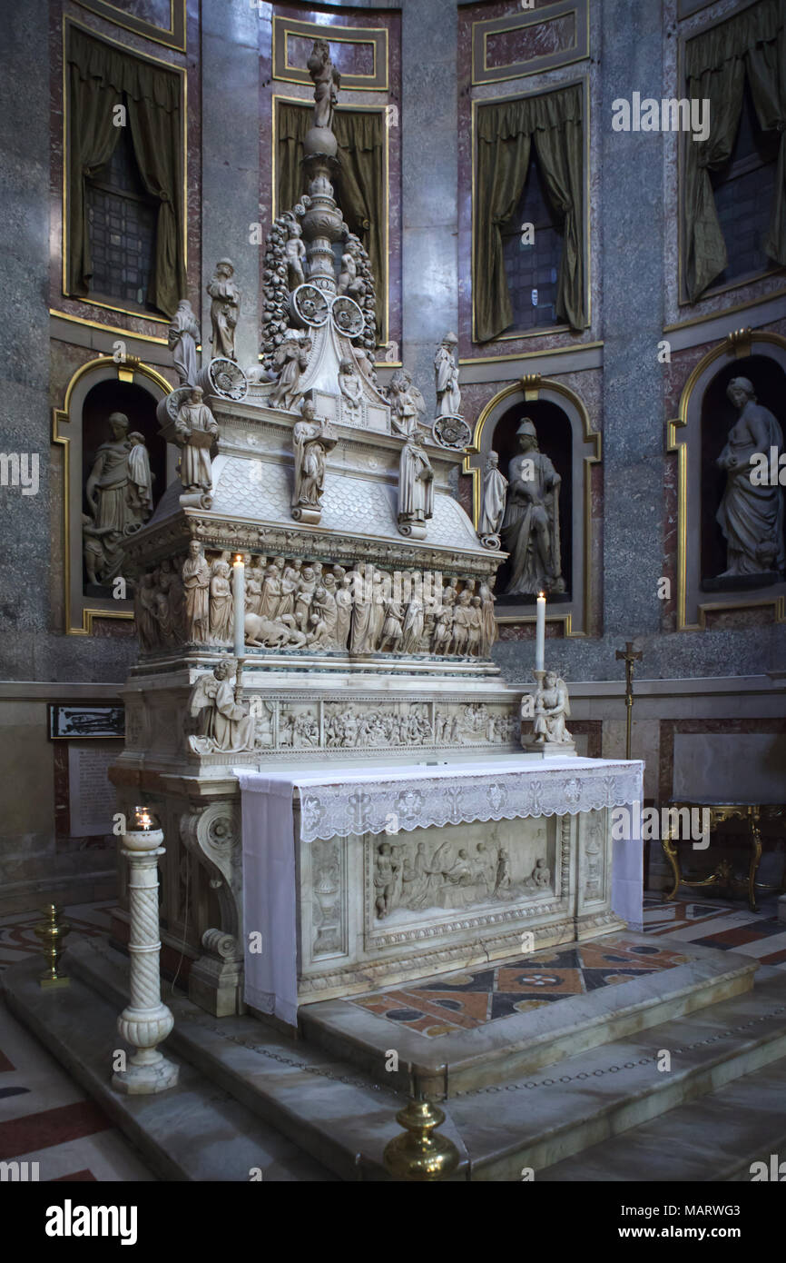 Arca di San Domenico (Shrine of Saint Dominic) in the Basilica of San Domenico (Basilica di San Domenico) in Bologna, Emilia-Romagna, Italy. The sarcophagus was carved by Italian Early Renaissance sculptor Nicola Pisano (1267). The crowning by Italian Renaissance sculptor Niccolò dell'Arca was carved from 1469 to 1494. The statue of the angel holding the candlestick in the right was carved by Italian Renaissance sculptor Michelangelo Buonarroti (1495). Stock Photo