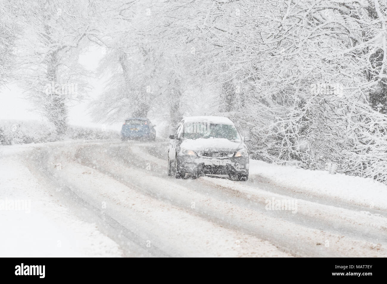 Stirlingshire, Scotland, UK - 4 April 2018: UK weather - tricky driving conditions on the A811 road this morning as the central belt wakes up to more snow Credit: Kay Roxby/Alamy Live News - Stock Image