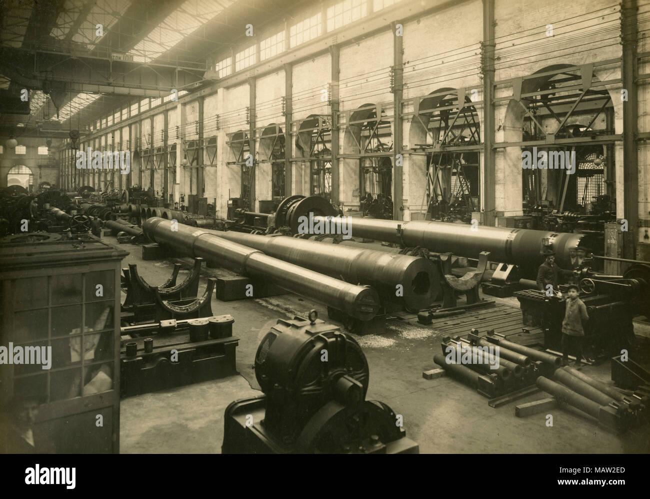 Cannons 381-40 in construction, Ansaldo Artiglierie, Italy 1917 - Stock Image
