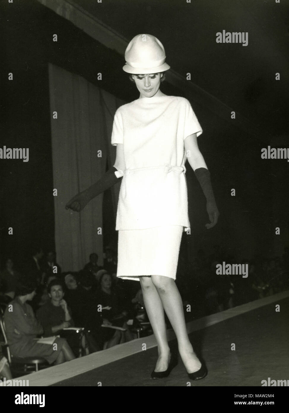 Model from the sixties walking on the catwalk, Italy - Stock Image