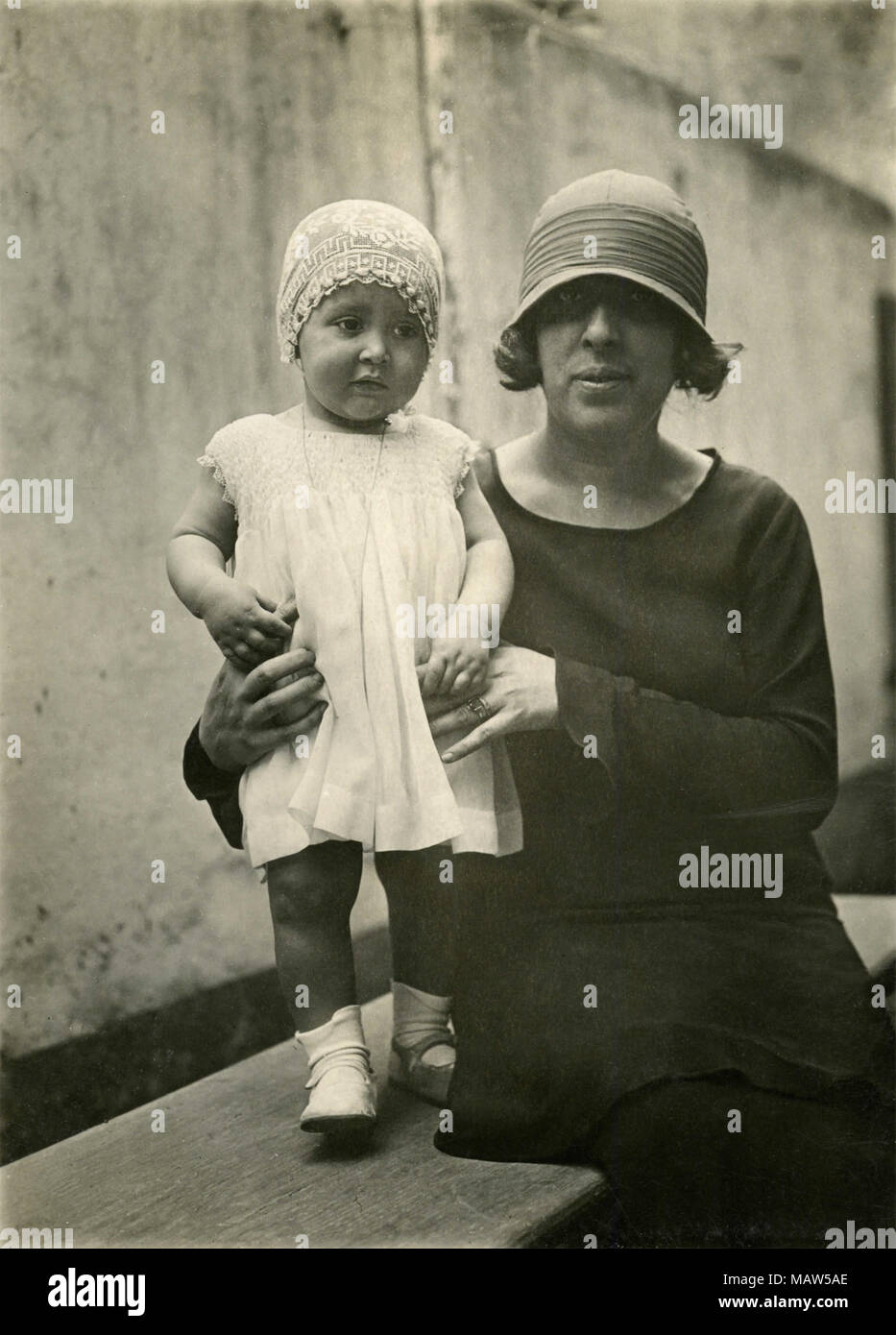 Mom and daughter with hats, 1910s - Stock Image