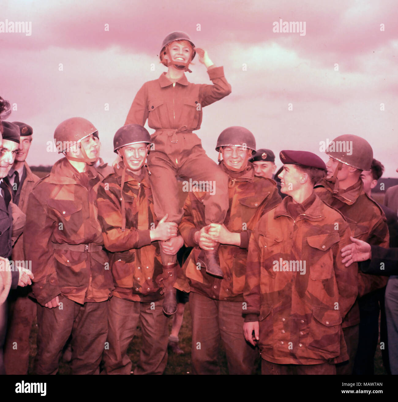 BABETTE GOES TO WAR 1959 Columbia Pictures film with Brigitte Bardot. Bardot on location at the RAF Abingdon Parachute School,Oxfordshirte,with members of the Parachute Regiment. - Stock Image