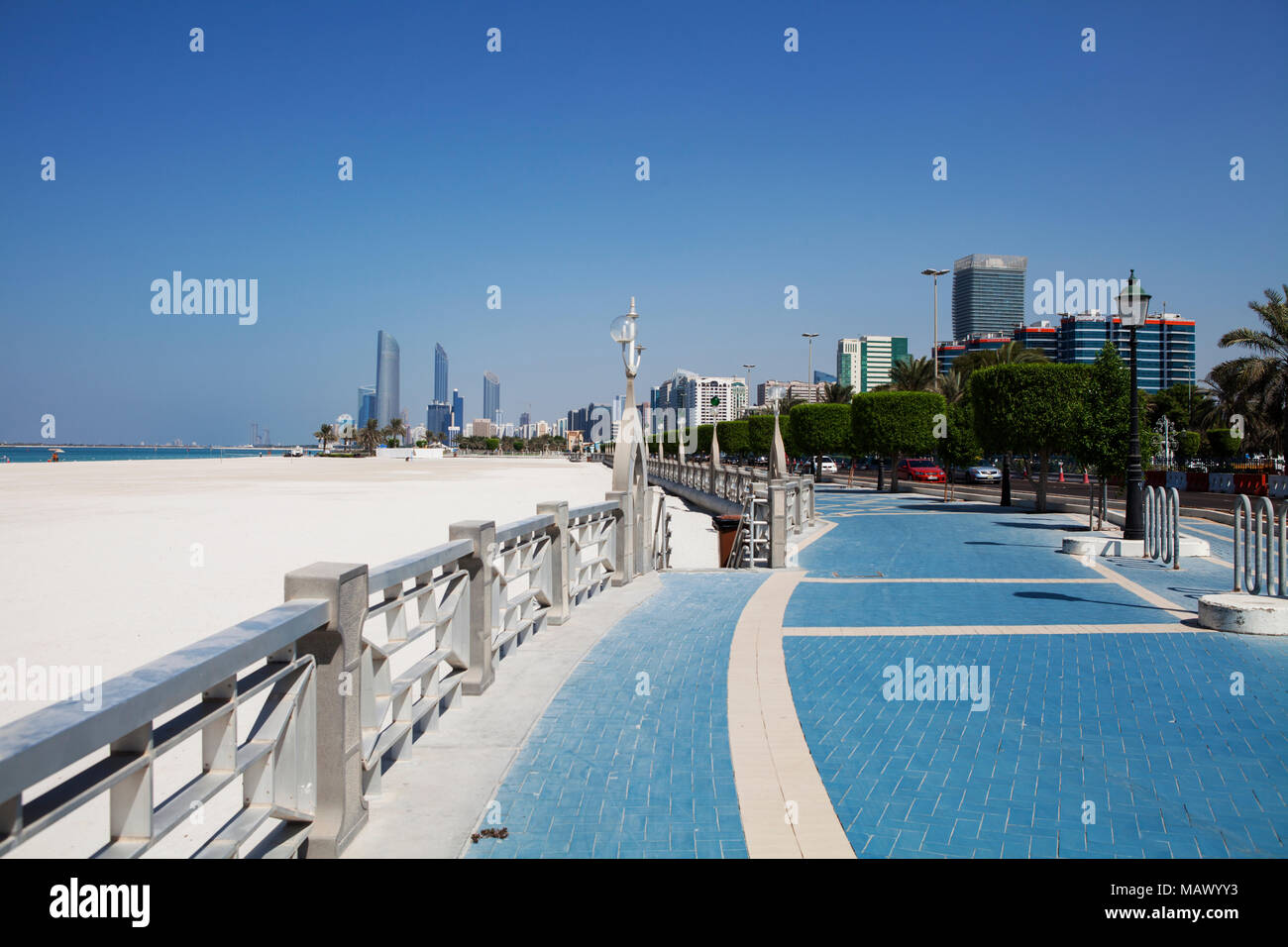 Assunto: Praia com prédios ao fundo em Abu Dhabi Local: Abu Dhabi, Emirados Árabes Data: 10/10/13 Autor: Eduardo Zappia Stock Photo