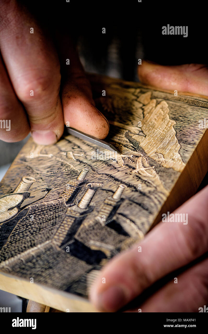 Craftsman Keith Pettit working on one of his wood engravings depicting Birling Gap,  Seven Sisters, East Sussex. - Stock Image