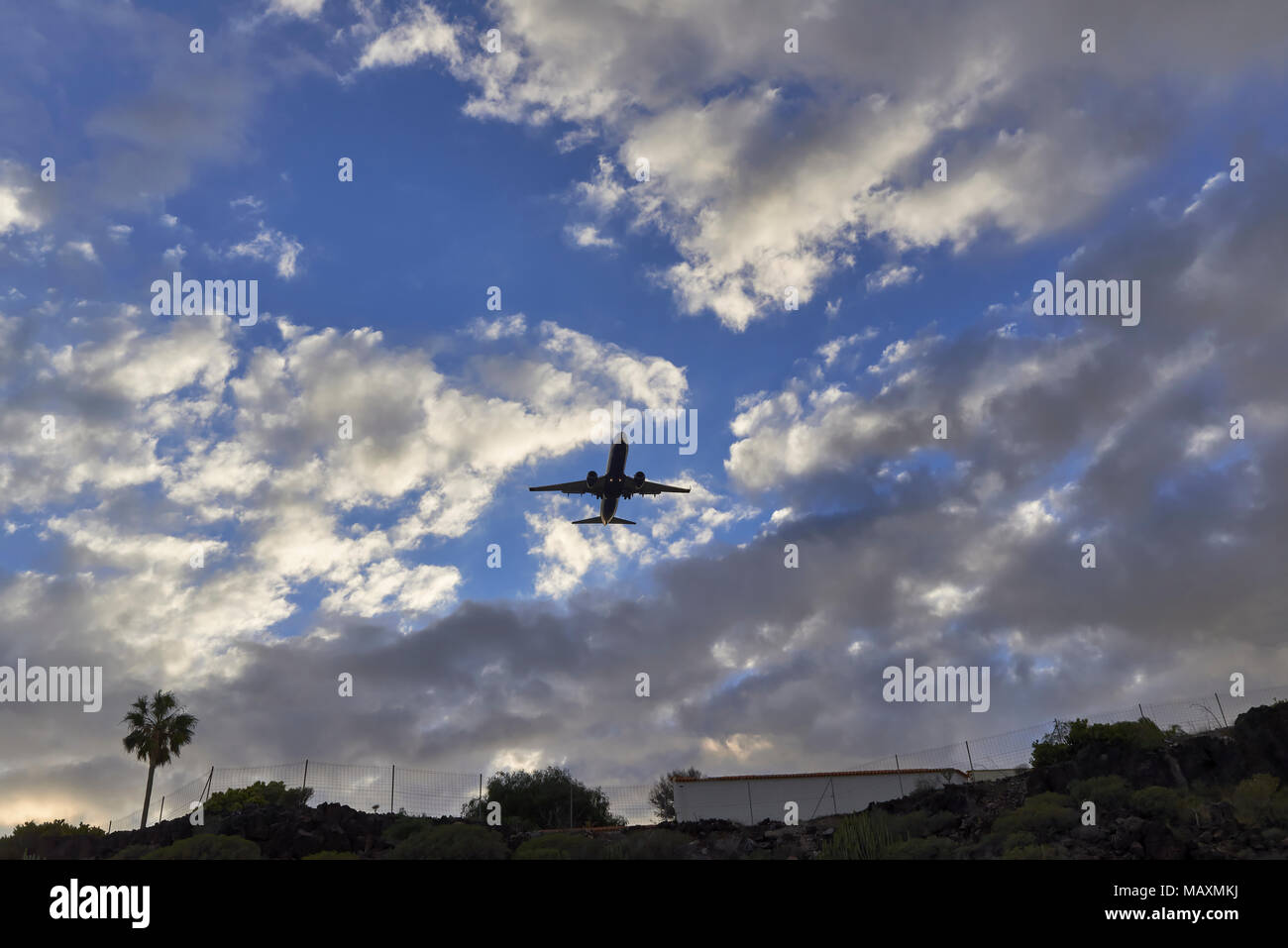 A Ryanair Passenger Jet on approach to Las Palmas de Gran Canaria Airport on one warm evening on the Island of Tenerife. - Stock Image