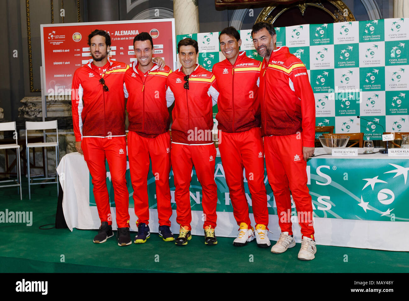 ¿Cuánto mide Roberto Bautista? - Altura - Real height Valencia-spain-5th-april-2018-the-spanish-team-with-rafael-nadal-david-ferrer-roberto-bautista-agut-feliciano-lopez-and-coach-sergi-bruguera-during-the-draw-ceremony-before-the-davis-cup-quarterfinal-match-between-spain-and-germany-at-the-plaza-de-torros-credit-frank-molteralamy-live-news-MAY48Y