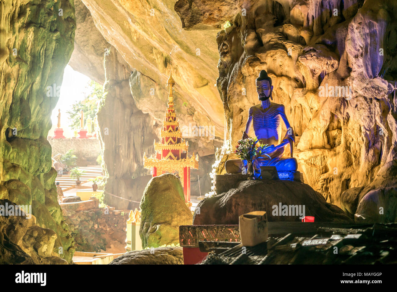 beleuchtete Statue in der Saddan-Höhle, Hpa-an, Myanmar, Asien  |  illuminated statue, Saddar Cave, Hpa-an, Myanmar, Asia - Stock Image