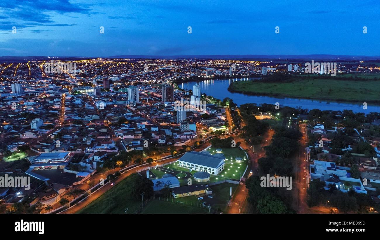 Vista Aérea da Cidade de Itumbiara e Rio Paranaíba em Goiás, Brazil - Stock Image