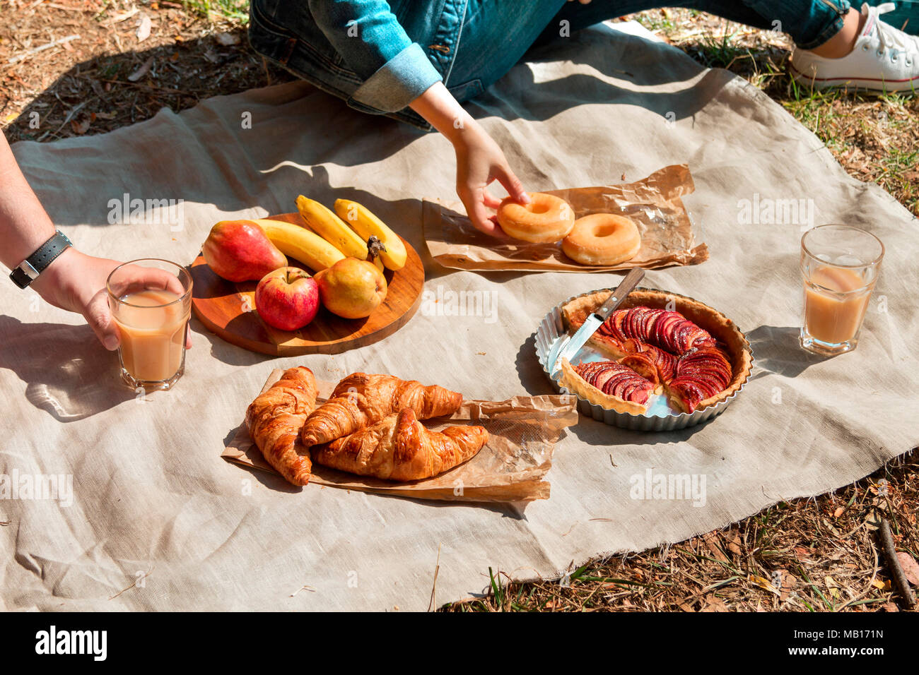 Couple enjoying picnic in the park - Stock Image