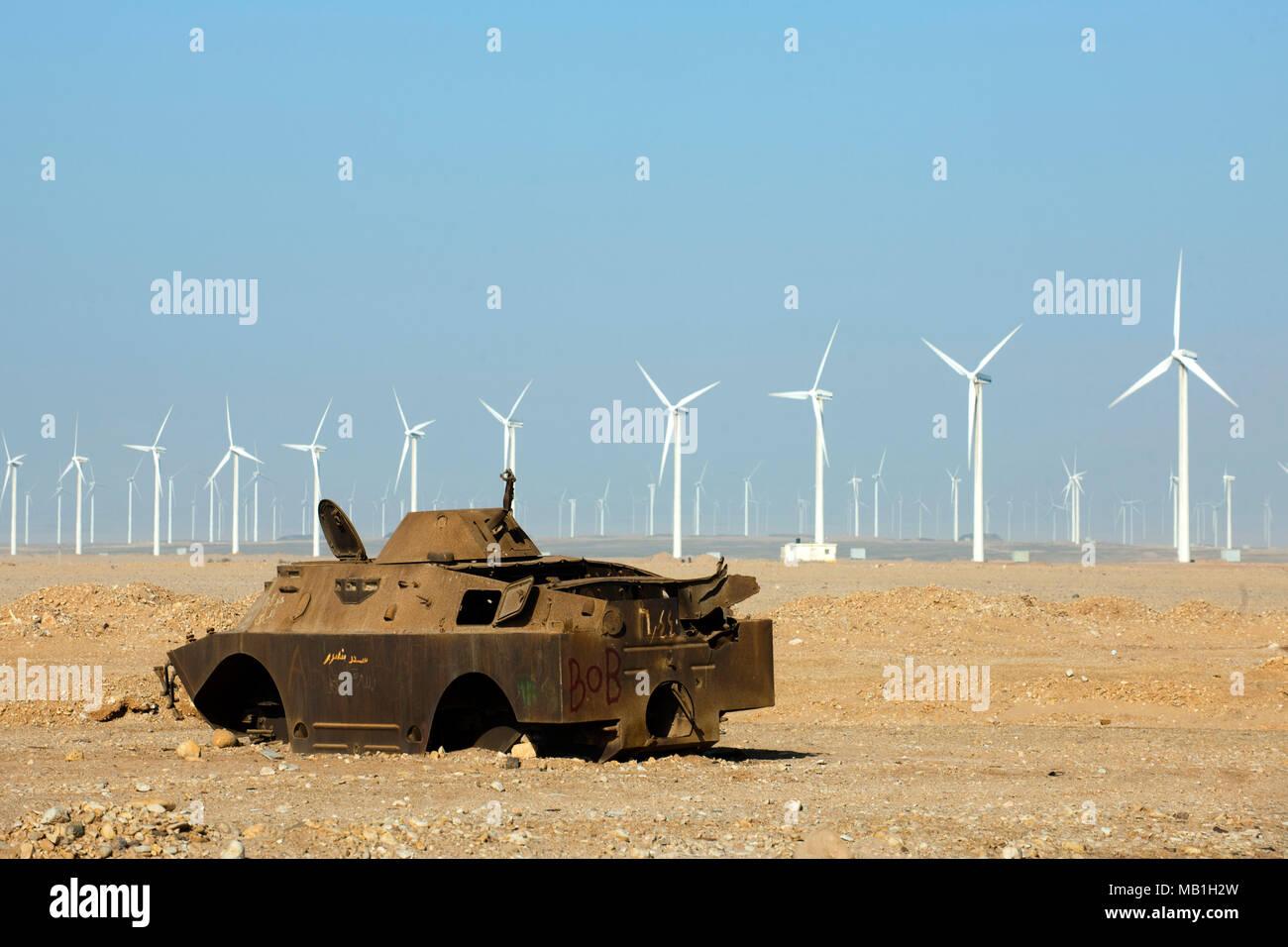 Aegypten, Ras Zafarana, Panzer aus dem israelisch-‰gyptischen Krieg vor Windpark - Stock Image