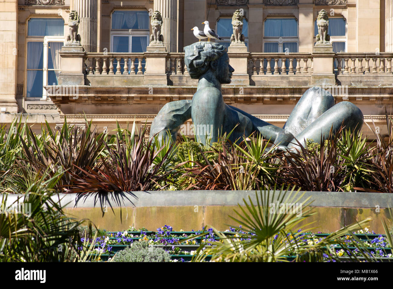 Two seagulls sitting on top of the statue in Victoria Square, Birmingham City centre. The statue is affectionately known as the Floozie in the Jacuzzi - Stock Image