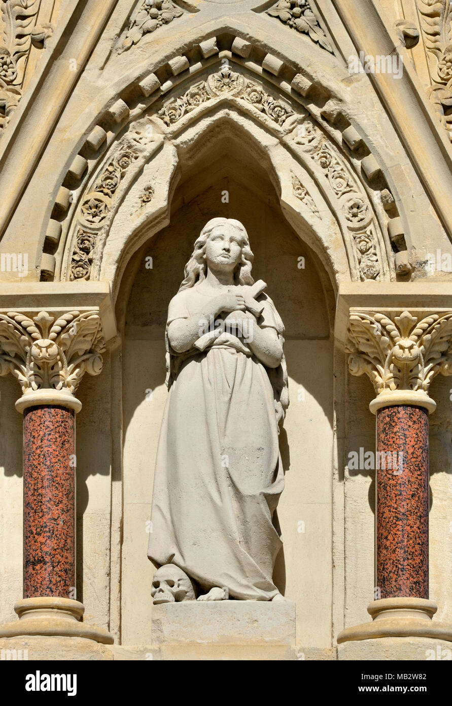 London, England, UK. St Lawrence and Mary Magdalene Drinking Fountain at the eastern end of Carter Lane Gardens, across the road from St Paul's..... - Stock Image