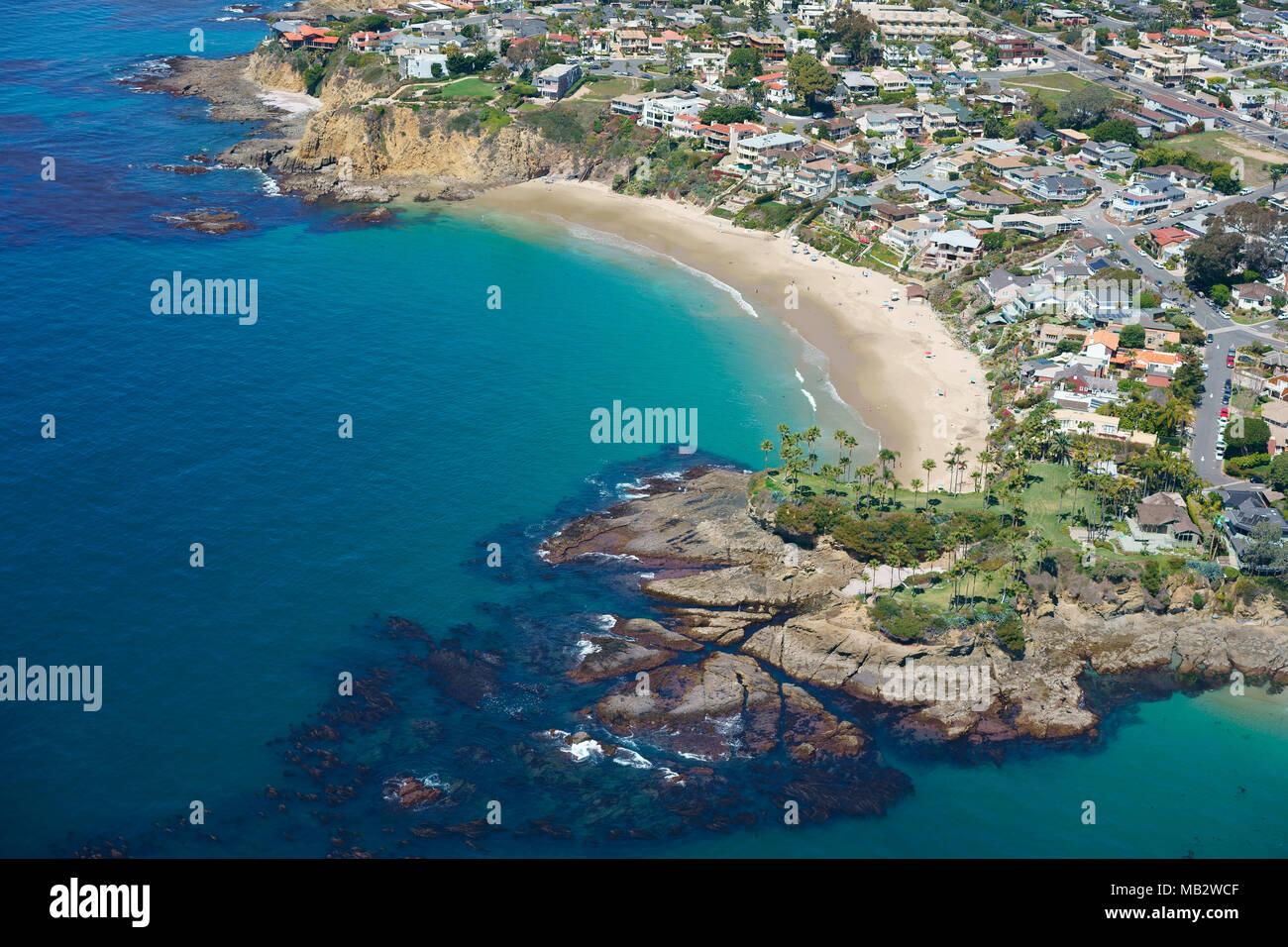 JAGGED COASTLINE AROUND CRESCENT BAY AND TWIN POINTS (aerial view). Laguna Beach, Orange County, California, USA. - Stock Image