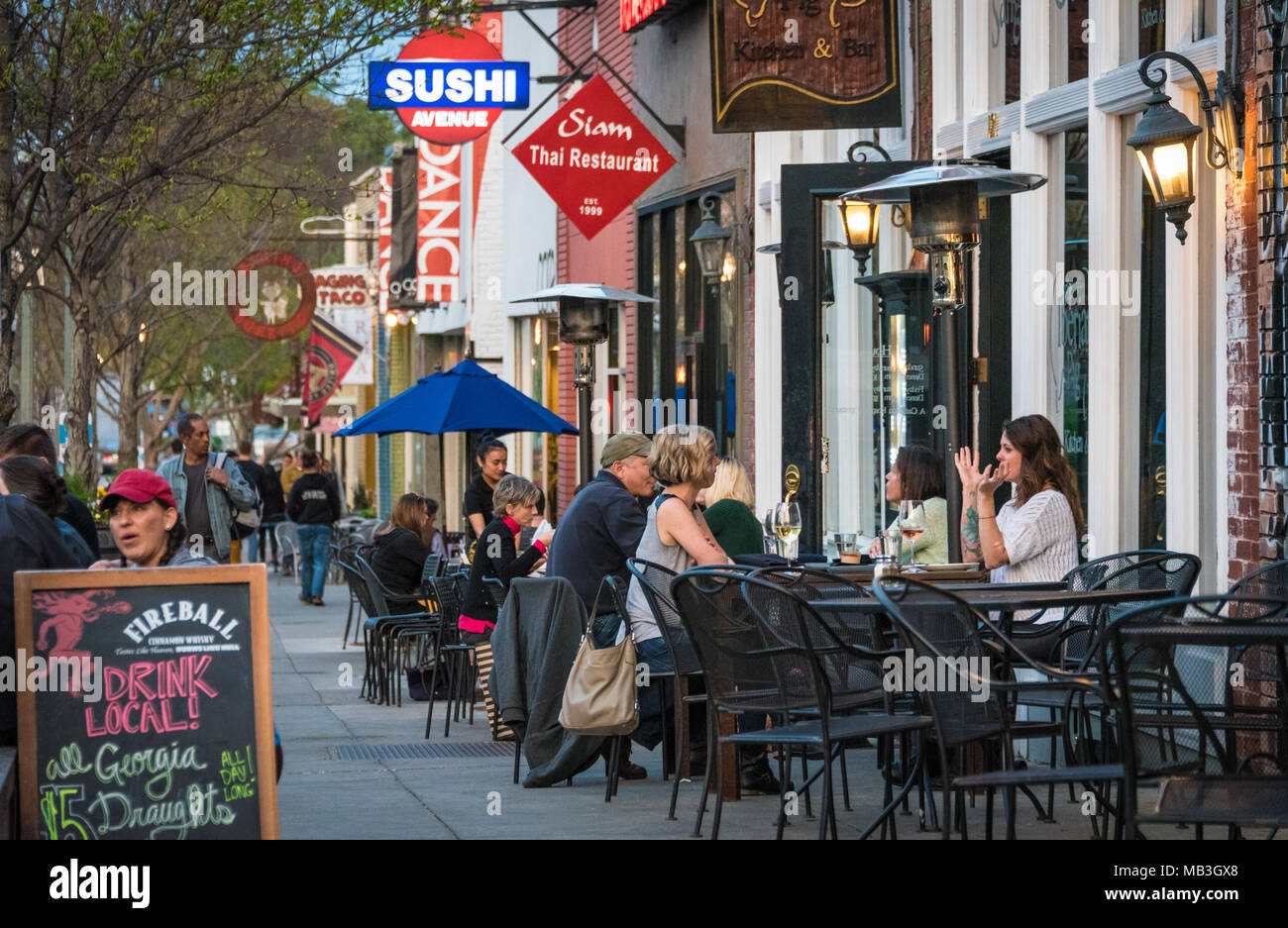 Outdoor dining along the tree-lined courtyard at Decatur Square in downtown Decatur, Georgia. (USA) - Stock Image