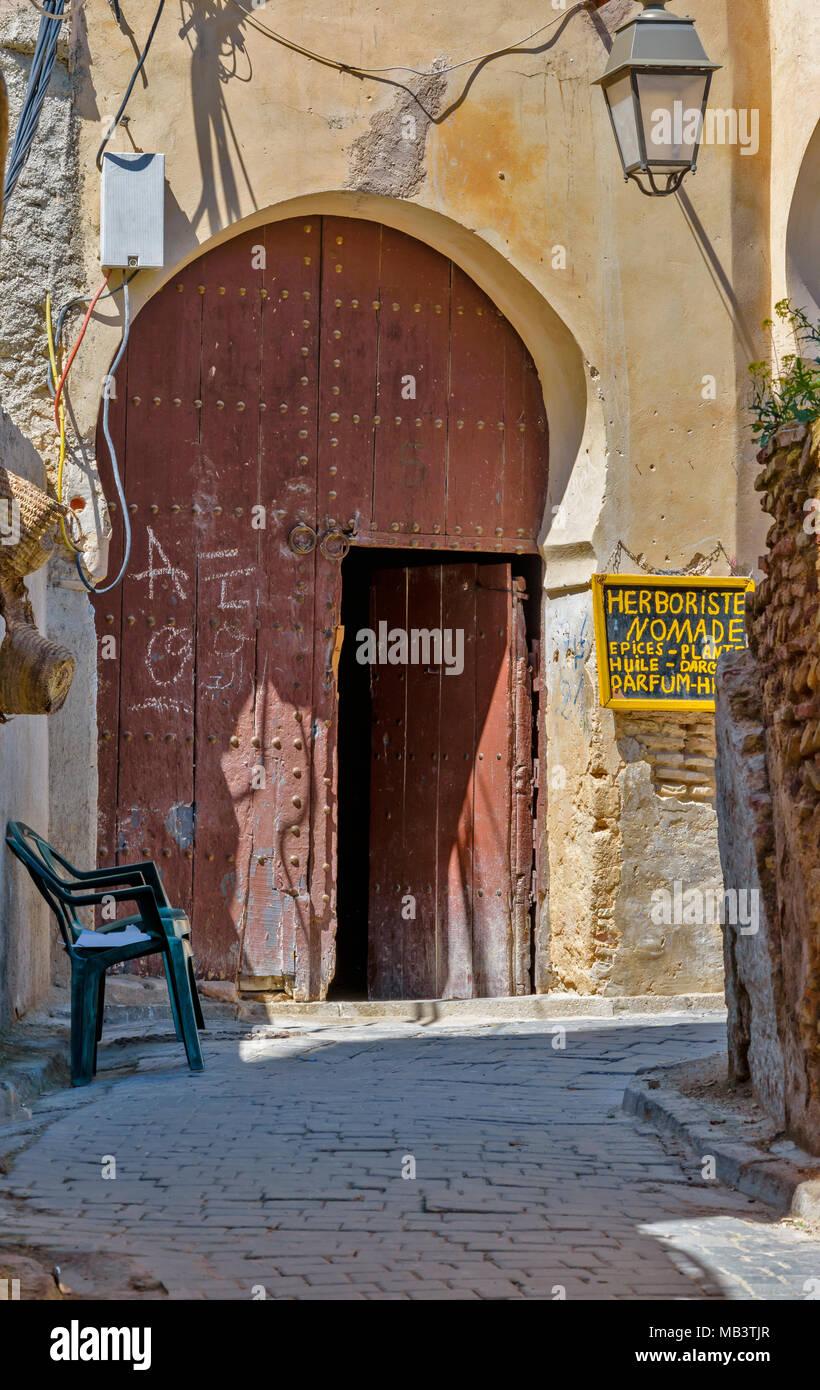 MOROCCO FES MEDINA SOUK INSIDE THE MEDINA OLD DOOR LEADING TO A HERBALIST OR NATURAL PRODUCTS HEALER - Stock Image