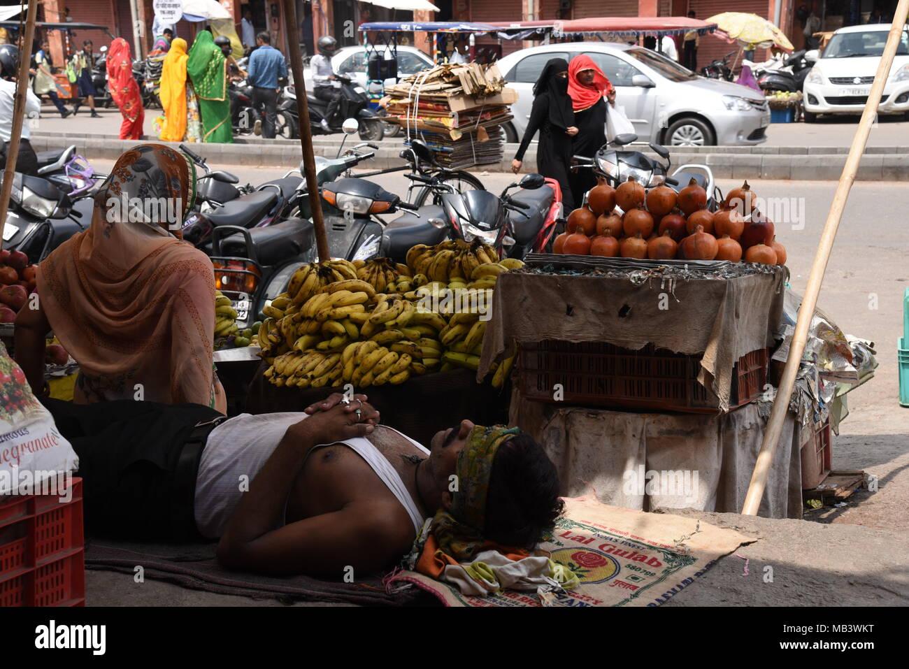A street vendor takes a siesta break in the Jaipur, Rajasthan, India - Stock Image
