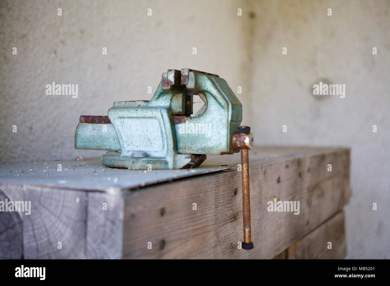 Vise clamp on wooden working table - Stock Image