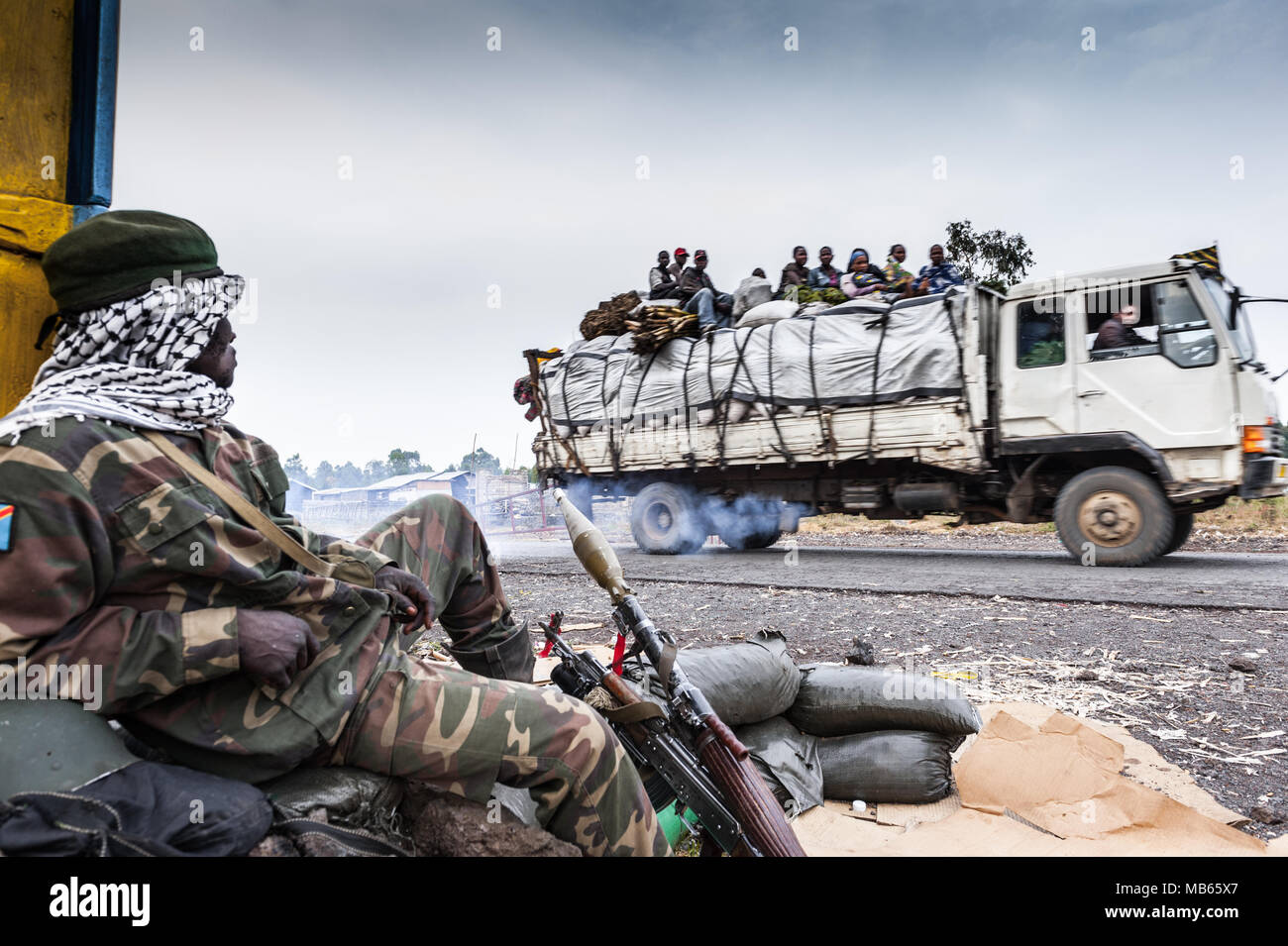 An FARDC soldier at a checkpoint near Goma, eastern Democratic Republic of Congo - Stock Image