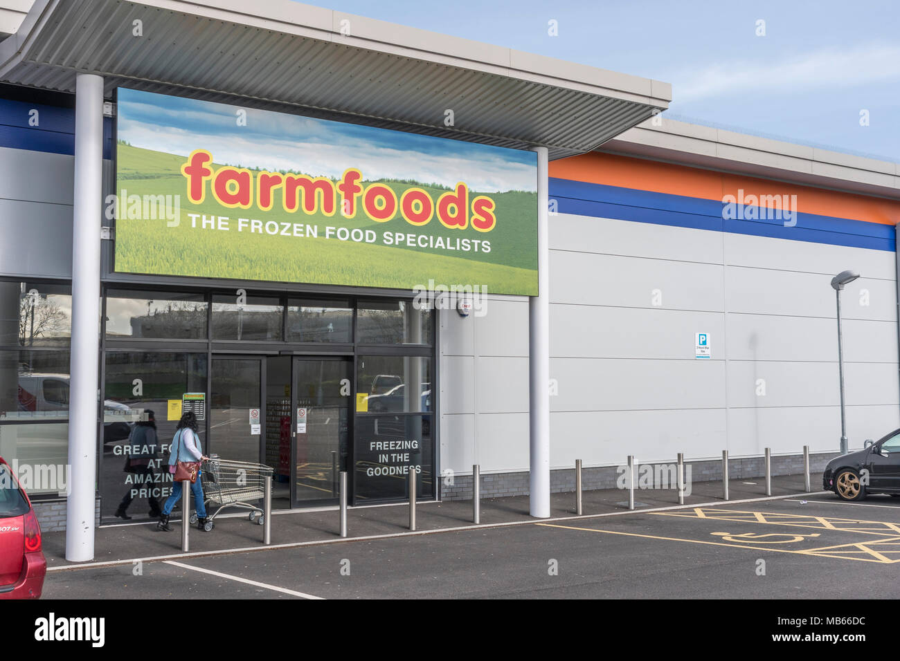 Shop / store exterior of the successful UK retailer Farmfoods at Bodmin, Cornwall. Specialises in frozen foods. Stock Photo