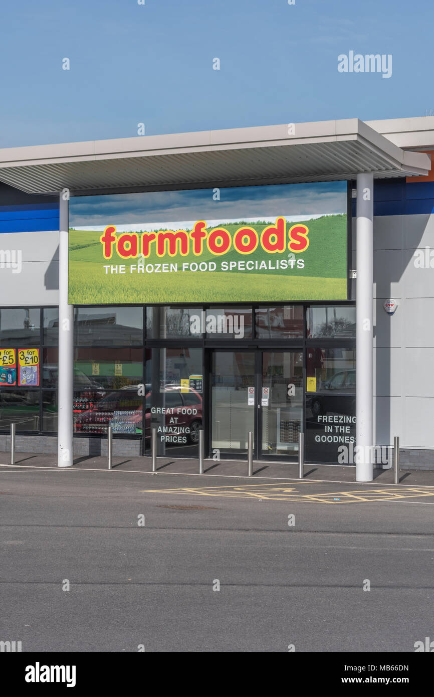 Out of Town Shop / store exterior of successful UK retailer Farmfoods at Bodmin, Cornwall. Specialises in frozen foods. Death of the High Street idea. Stock Photo
