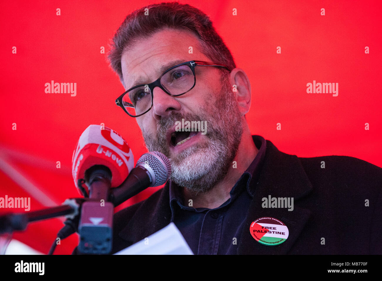 London, UK. 7th April, 2018. Ben Jamal, Director of Palestine Solidarity Campaign, addresses hundreds of people at a rally outside Downing Street in solidarity with Palestinians attending the Great March of Return in Gaza and in protest against the killing there by Israeli snipers using live ammunition of at least 27 unarmed Palestinians and the injury of hundreds more. Credit: Mark Kerrison/Alamy Live News - Stock Image