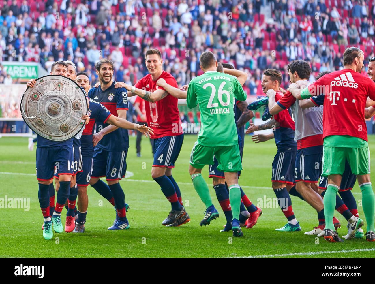 Augsburg, Germany. 7th April, 2018. FC Bayern Munich Soccer, Munich, April 07, 2018 Juan BERNAT, FCB 14 RAFINHA (FCB 13) Thiago ALCANTARA, FCB 6  Javi MARTINEZ, FCB 8 Niklas SUELE, FCB 4 James RODRIGUEZ, FCB 11 Mats HUMMELS, FCB 5  Sandro WAGNER, FCB 2 Sebastian RUDY, FCB 19  Tom STARKE, FCB 22 Robert LEWANDOWSKI, FCB 9 Thomas MUELLER, MÜLLER, FCB 25 Arjen ROBBEN, FCB 10 David ALABA, FCB 27 Franck RIBERY, FCB 7   celebration FC AUGSBURG - FC BAYERN MUNICH 1-4 1.German Soccer League , Augsburg, April 07, 2018,  Season 2017/2018 © Peter Schatz / Alamy Live News Stock Photo