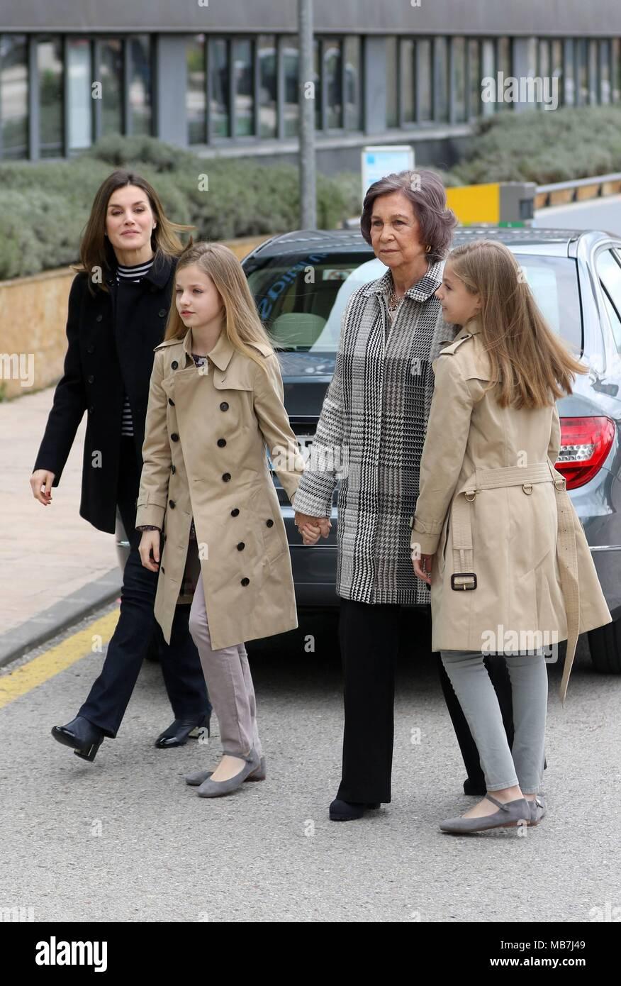 Los Reyes Las Infantas Leonor Y Sofia Y La Reina Sofia Visitan A