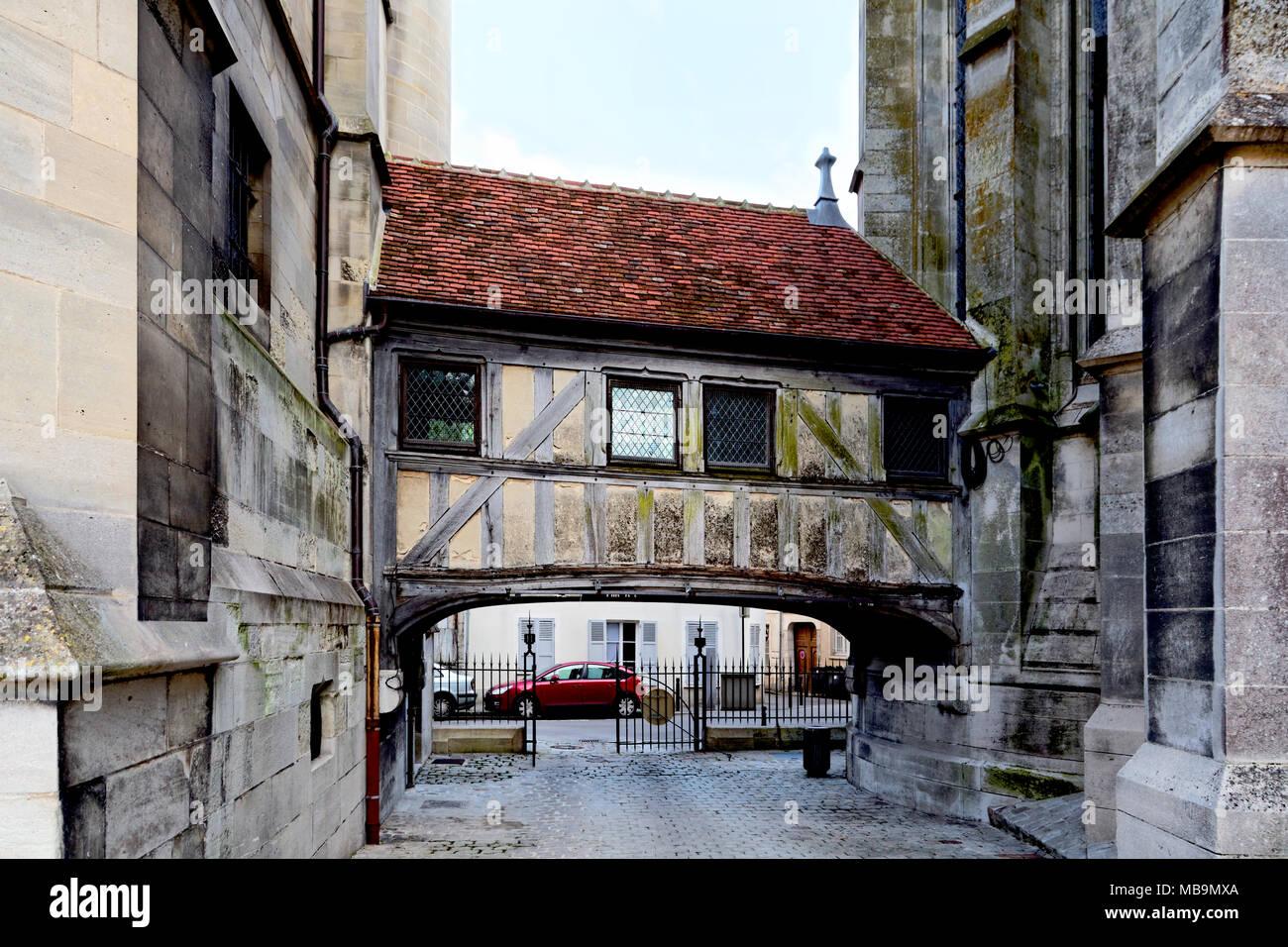 Bridge linking The Vieux Chapitre (The Old Chapter), Meaux, Seine-et-Marne, Île-de-France, near Paris, France, to Cathedrale Saint-Etienne (Meaux Cath - Stock Image