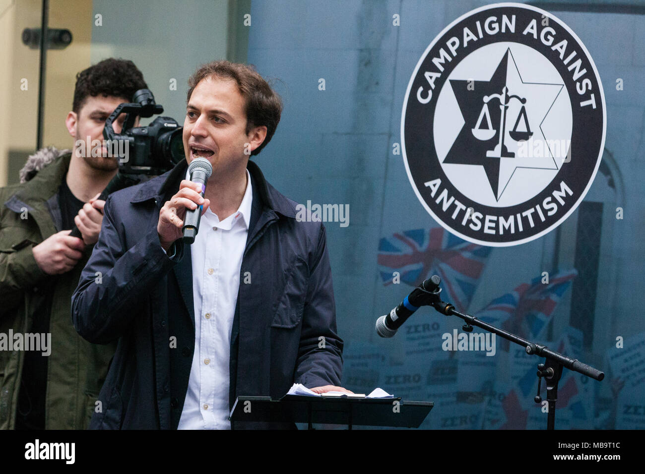 London, UK. 8th April, 2018. Gideon Falter, Chairman of the Campaign Against Antisemitism, addresses Jews and non-Jews attending a demonstration organised by the Campaign Against Antisemitism outside the head office of the Labour Party to apply pressure on its leadership to demonstrate a 'zero tolerance' approach to anti-Semitism. Credit: Mark Kerrison/Alamy Live News - Stock Image