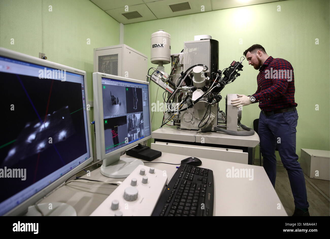 Moscow, Russia. 06th Apr, 2018. MOSCOW, RUSSIA - APRIL 6, 2018: A scanning electron microscope (SEM) at an electron microscopy laboratory of the Kurchatov Institute National Research Center. Valery Sharifulin/TASS Credit: ITAR-TASS News Agency/Alamy Live News - Stock Image