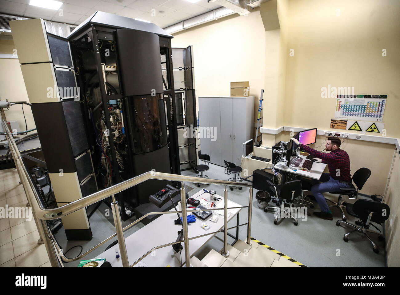 Moscow, Russia. 06th Apr, 2018. MOSCOW, RUSSIA - APRIL 6, 2018: A Titan/Krios transmission electron microscope at an electron microscopy laboratory of the Kurchatov Institute National Research Center. Valery Sharifulin/TASS Credit: ITAR-TASS News Agency/Alamy Live News - Stock Image