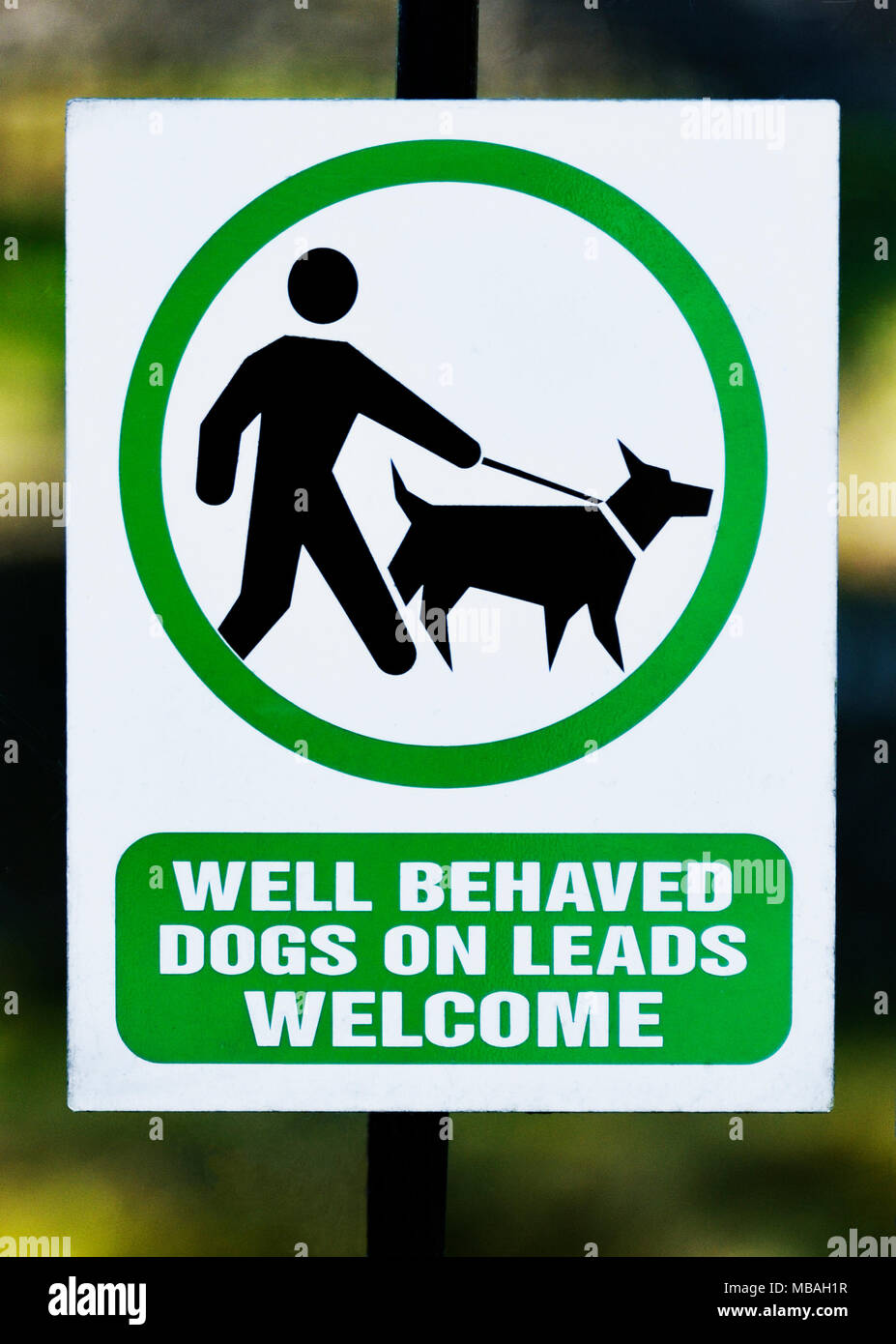 Notice 'Well behaved dogs on leads welcome'. K Village, Kendal, Cumbria, England, United Kingdom, Europe. - Stock Image