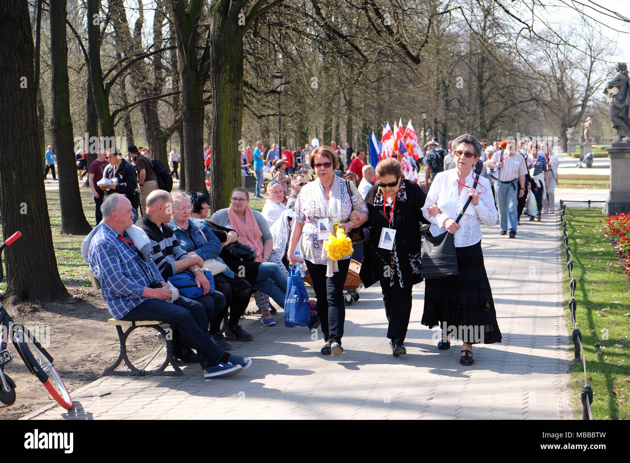 Warsaw, Poland - Tuesday 10th April 2018 - Poles arrive at Plac Pilsudskiego to take part in the commemoration service to remember the victims of the Smolensk ( Russia ) air crash in 2010 when a Polish Air Force VIP jet crashed killing 96 individuals including the then President of Poland Lech Kaczyński and his wife Maria. Photo Steven May / Alamy Live News - Stock Image