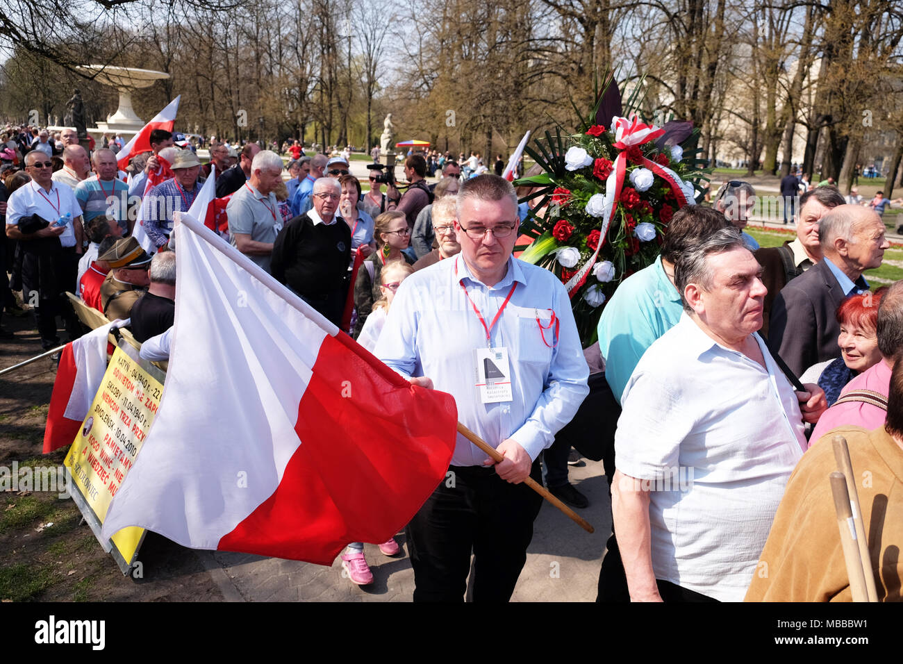 Warsaw, Poland - Tuesday 10th April 2018 - Poles queue as they arrive at Plac Pilsudskiego to take part in the commemoration service to remember the victims of the Smolensk ( Russia ) air crash in 2010 when a Polish Air Force VIP jet crashed killing 96 individuals including the then President of Poland Lech Kaczyński and his wife Maria. Photo Steven May / Alamy Live News - Stock Image