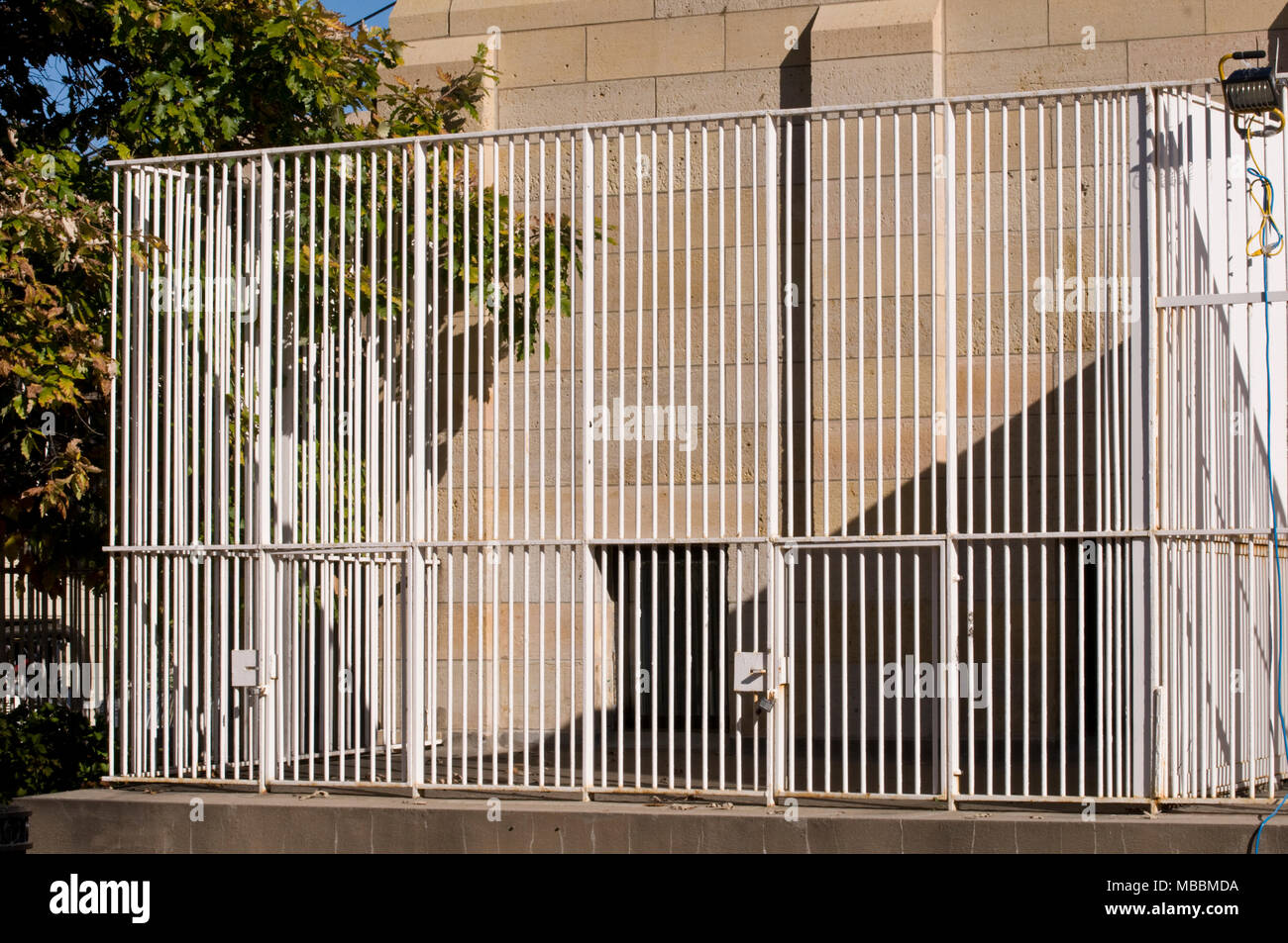 St. Paul, Minnesota. Como zoo. Empty animal cage in a zoo. - Stock Image